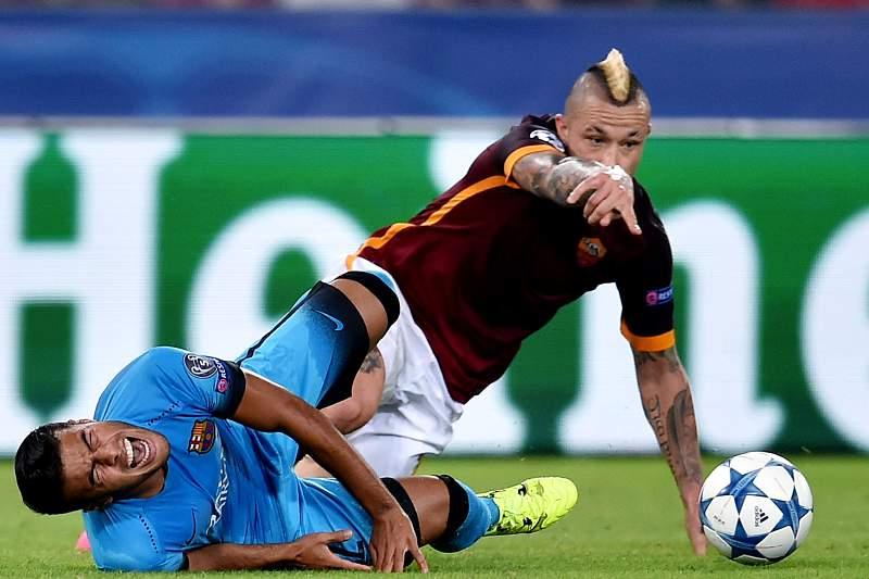Momento em que Radja Nainggolan provoca a grave lesão de Rafinha no jogo entre AS Roma e Barcelona