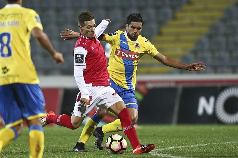 Pedro Santos do SC Braga remata perante oposição de Anderson do Arouca no jogo da 7ª jornada