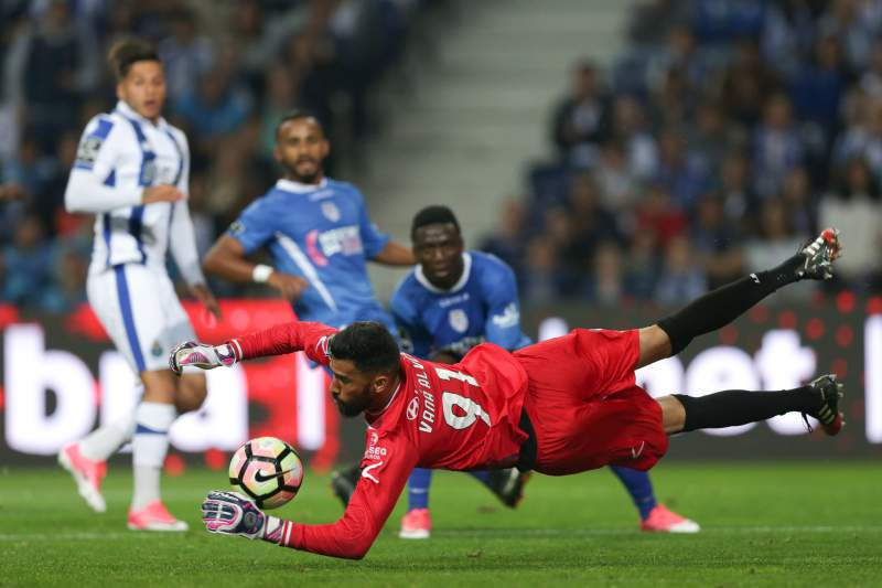 Vaná defende bola frente ao FC Porto