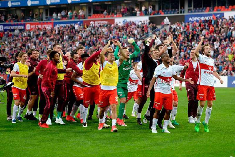 Jogadores do Spartak Moscovo celebram a conquista do título russo