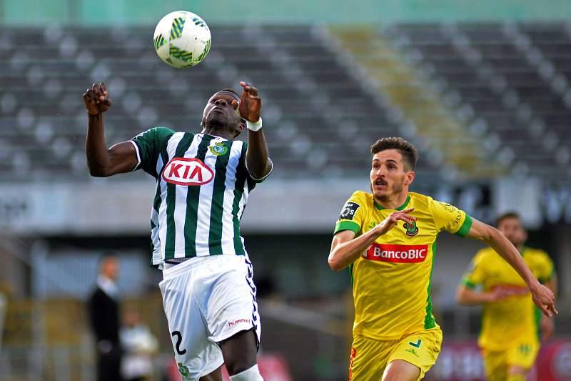 Cissé disputa uma bola com André Leal