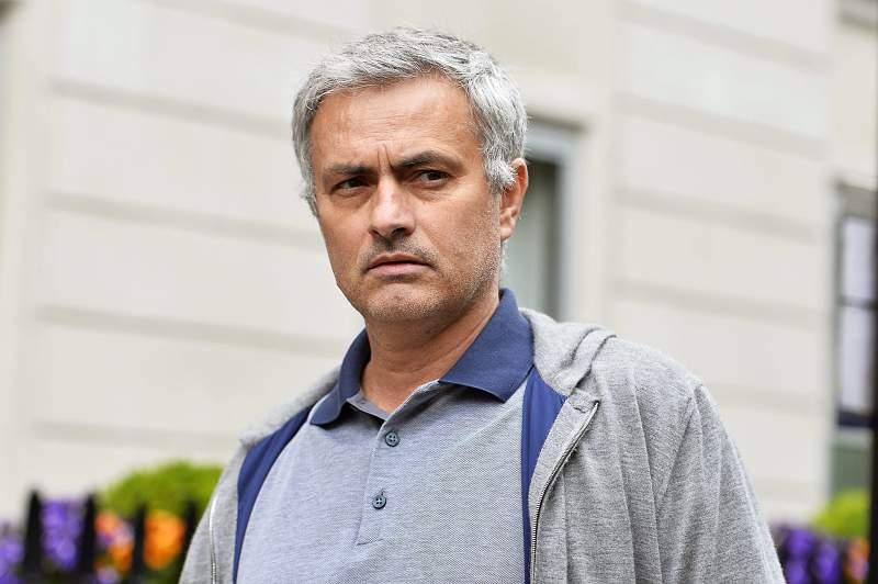 José Mourinho a sair da sua casa, em Londres, a 22 de maio