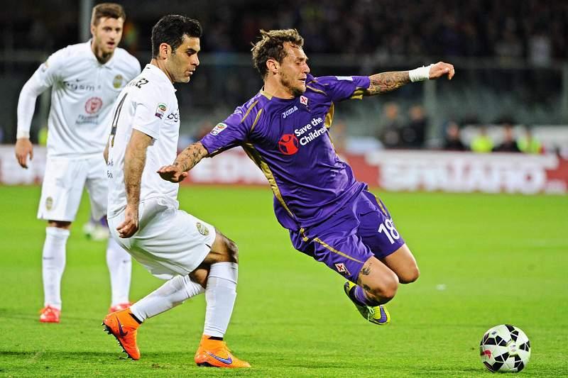 Alessandro Diamanti, da Fiorentina, disputa a bola com Rafael Marquez, do Hellas Verona
