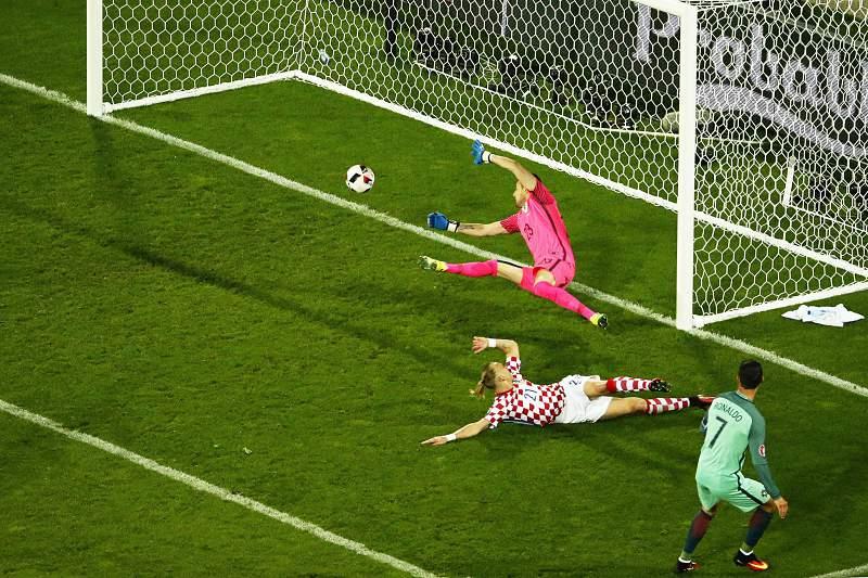 Momento em que Cristiano Ronaldo remata para a defesa do guarda-redes croata e para recarga de Quaresma