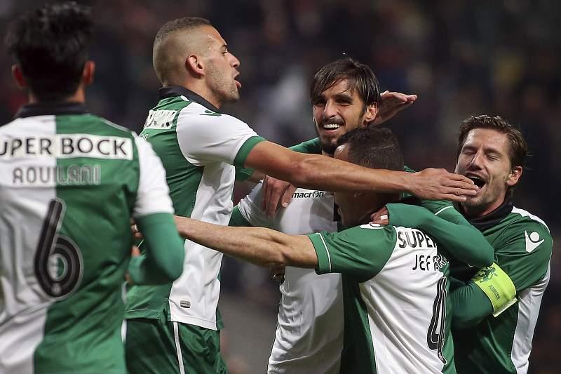 Slimani festeja com Bryan Ruiz um golo do Sporting frente ao SC Braga