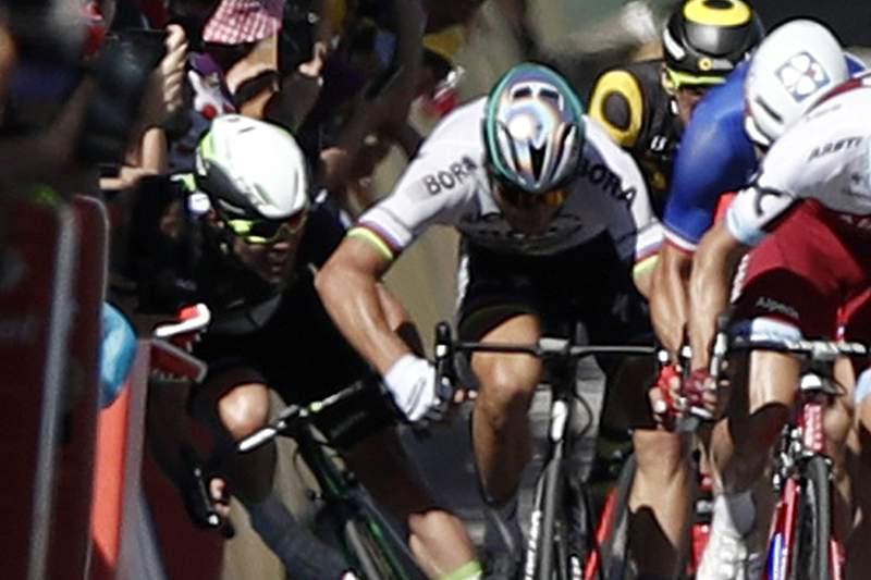 Peter Sagan foi expulso da Volta a França por ter dado uma cotovelada a Mark Cavendish.