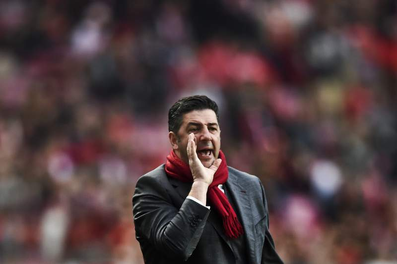 Benfica's head coach Rui Vitoria shouts from the sideline during the Portuguese league football match SL Benfica vs CD Tondela at the Luz stadium in Lisbon on January 22, 2017. / AFP PHOTO / PATRICIA DE MELO MOREIRA