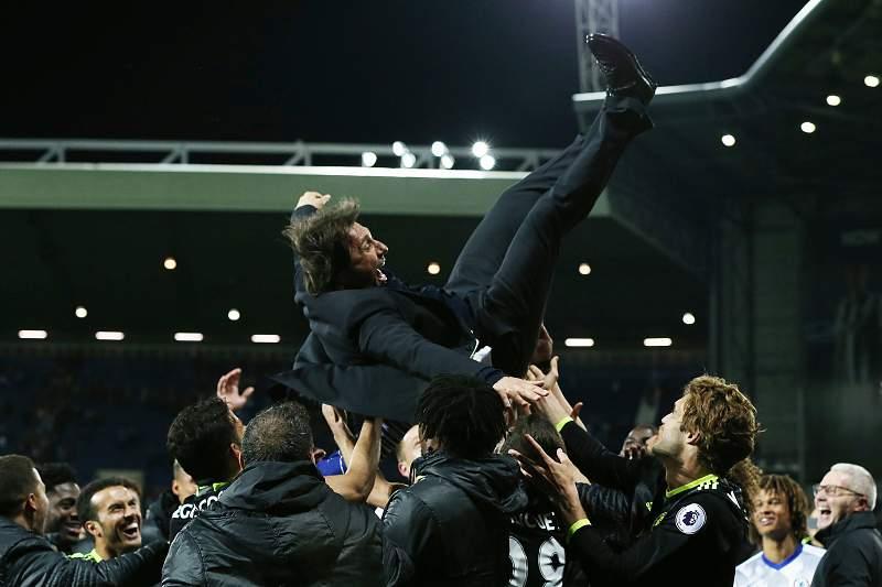 Antonio Conte celebra título pelo Chelsea