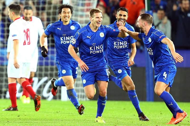 Jogadores do Leicester celebram um golo na Liga dos Campeões frente ao Sevilha