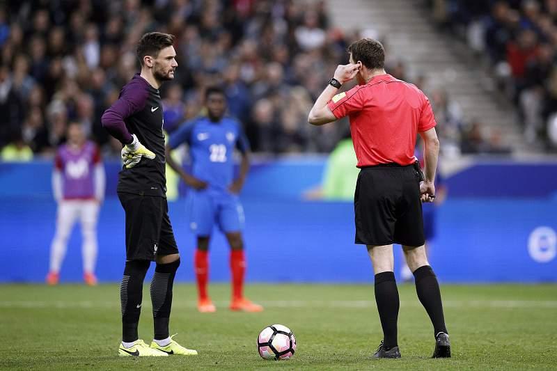 Vídeo-árbitro 'trama' França duas vezes na derrota com a Espanha