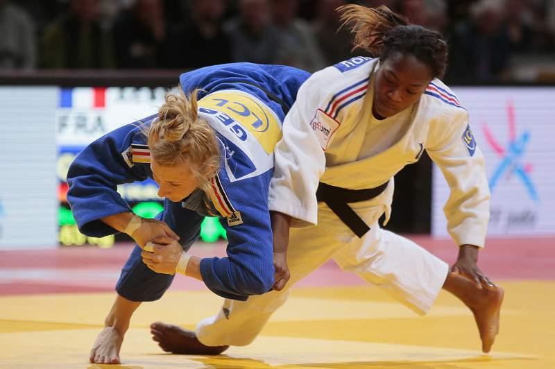 A judoca francesa Clarisse Agbegnenou em combate com a alemã Martyna Trajdos