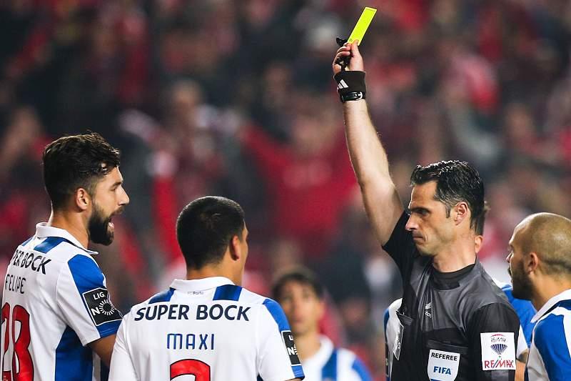 Felipe vê o cartão amarelo