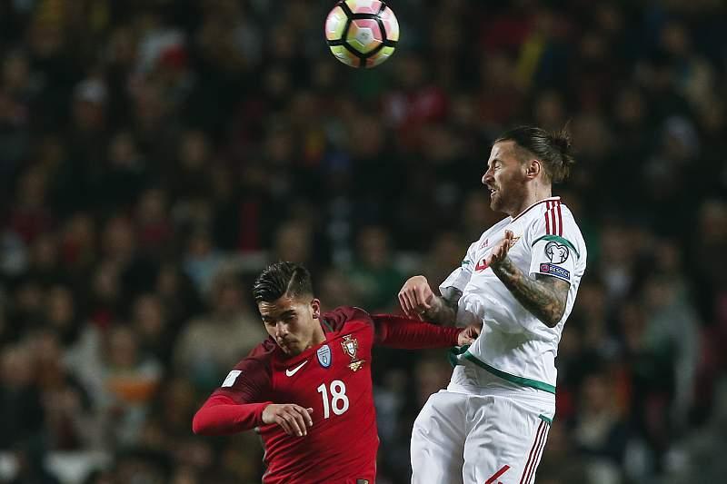 Portugal - Hungria: André Silva disputa a bola