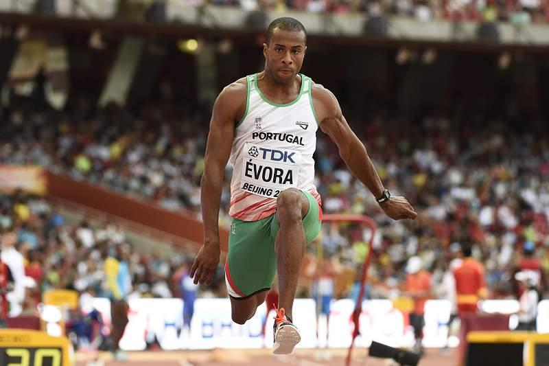 Nélson Évora em ação nos Mundiais de atletismo de Pequim