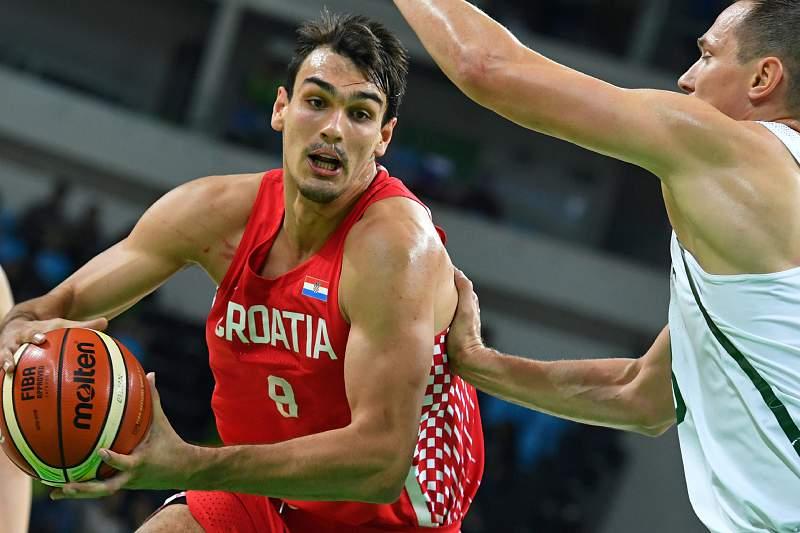 Dario Saric da Croácia tenta passar por Paulius Jankunas da Lituânia