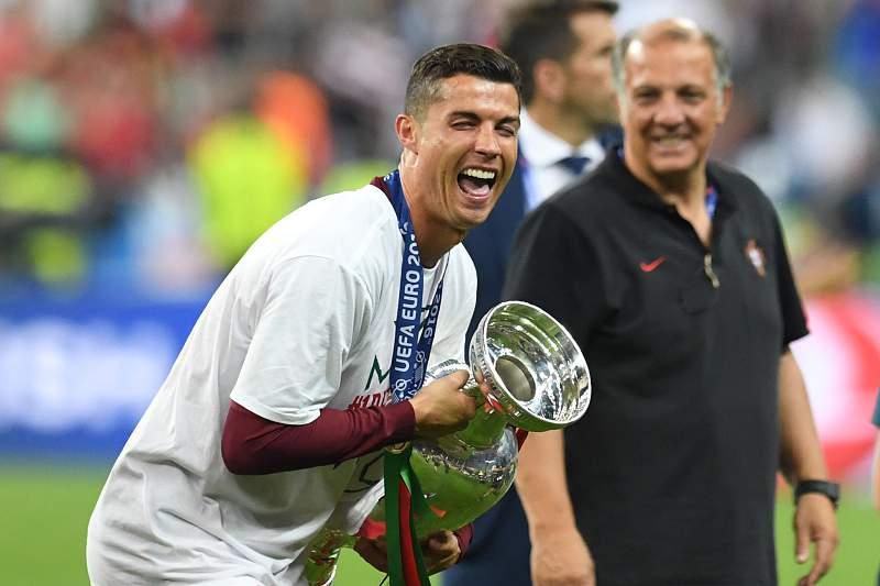 Cristiano Ronaldo celebra com o troféu de Campeão da Europa