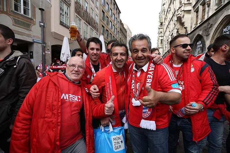 Adeptos do Benfica invadem ruas de Munique