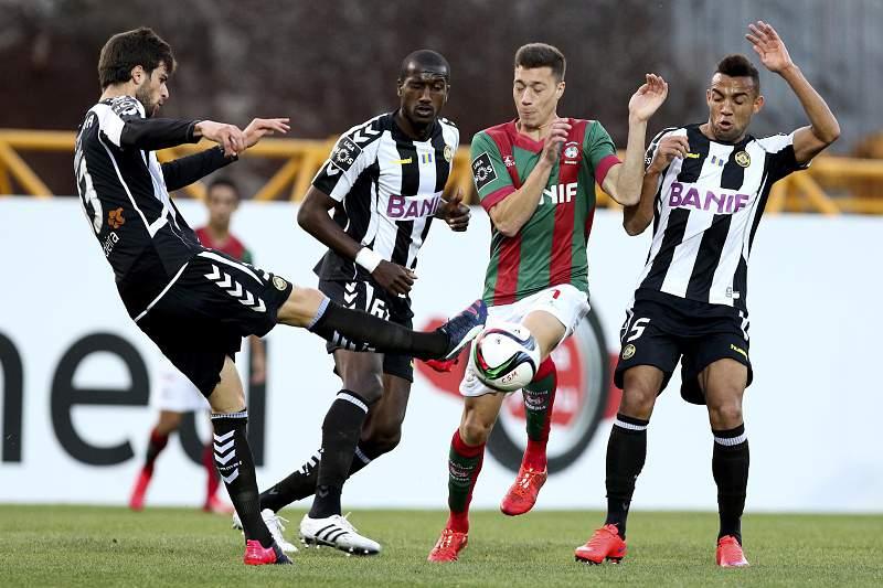 Alex Soares (2D) do Marítimo disputa a bola com Rui Correia (E) do Nacional da Madeira