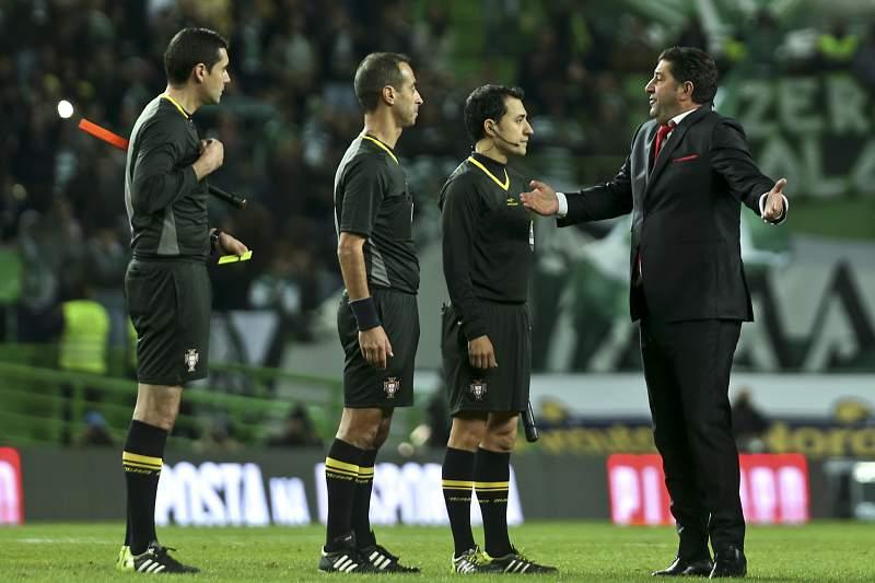 Rui Vitória fala com a equipa de arbitragem em Alvalade