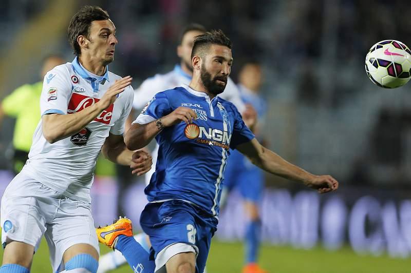 Manolo Gabbiadini disputa uma bola com Lorenzo Tonelli durante um jogo entre Nápoles e Empoli
