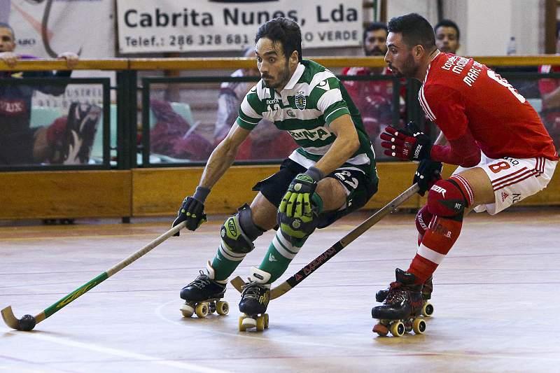 Marc Savo tenta desarmar André Centero do Benfica