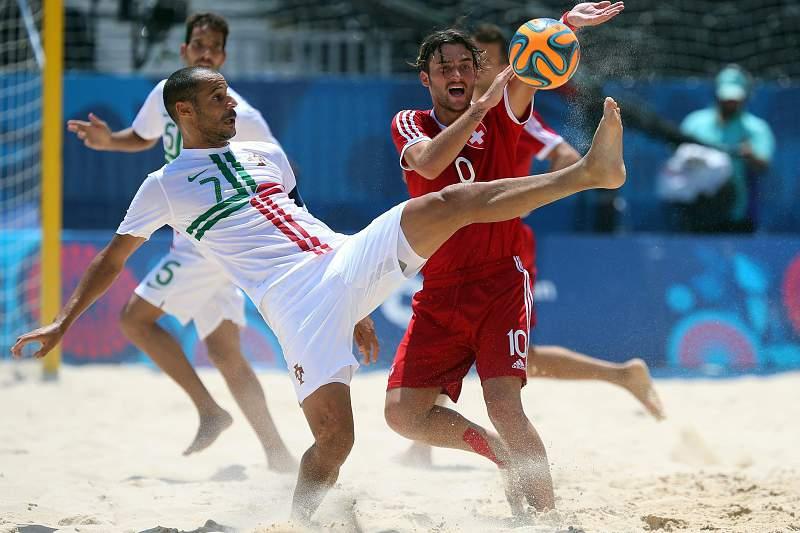 João Saraiva (E) disputa a bola com Philipp Borer