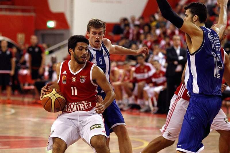 Nuno Oliveira em ação no 'clássico' do basquetebol nacional