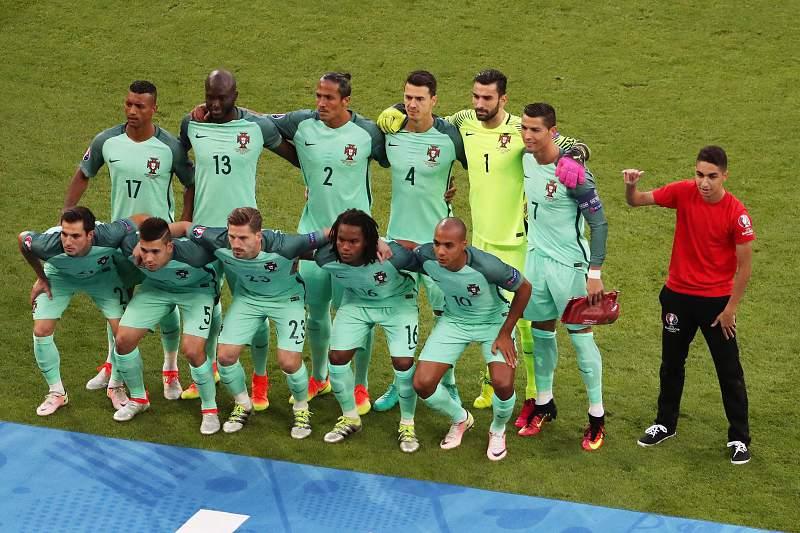 Adepto invadiu o campo e tirou foto ao lado da equipa inicial de Portugal