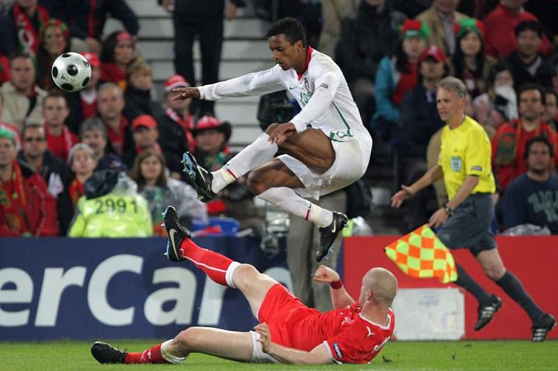 Nani tenta passar por Senderos durante o jogo entre Portugal e Suíça no Euro2008