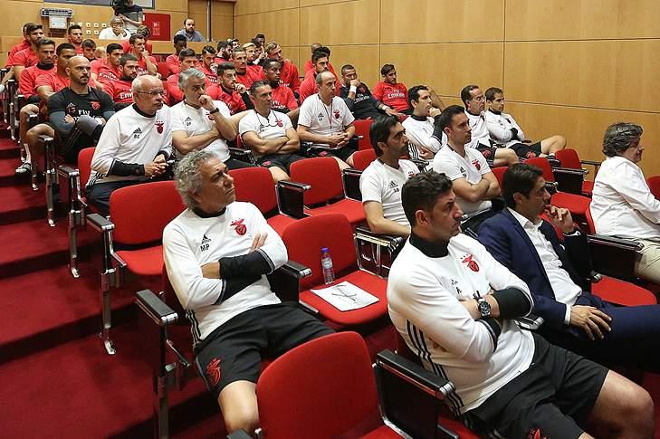 Plantel do Benfica recebe formação sobre vídeo-árbitro
