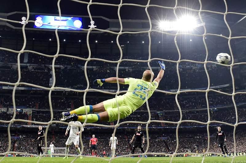 Pepe Reina tenta defender o remate de Casemiro no jogo entre Real Madrid e Nápoles