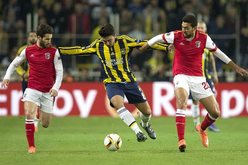 Hassan e Rafa disputam a bola com Ozan Tufan