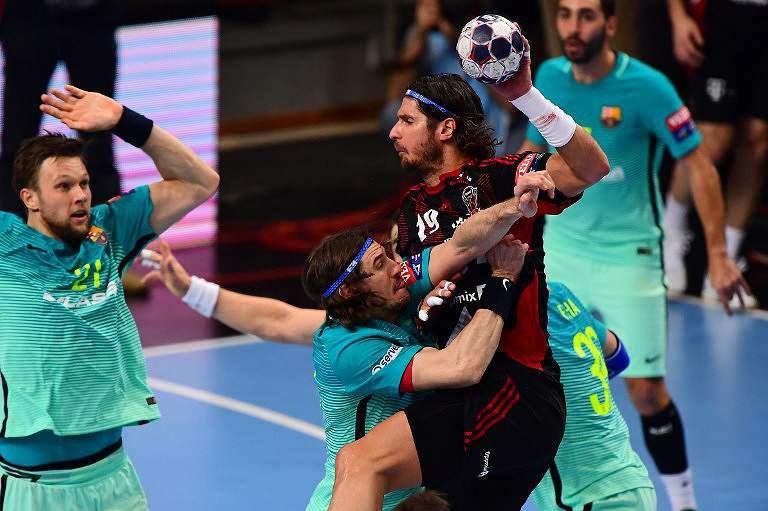 Jogadores de andebol do Barcelona em ação