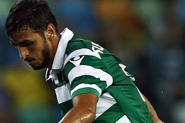 Bryan Ruiz em ação frente a Montoya no jogo entre Sporting e Vitória de Guimarães