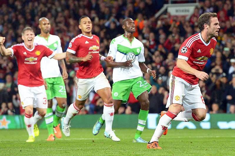 Juan Mata celebra um golo do Manchester United diante do Wolfsburgo