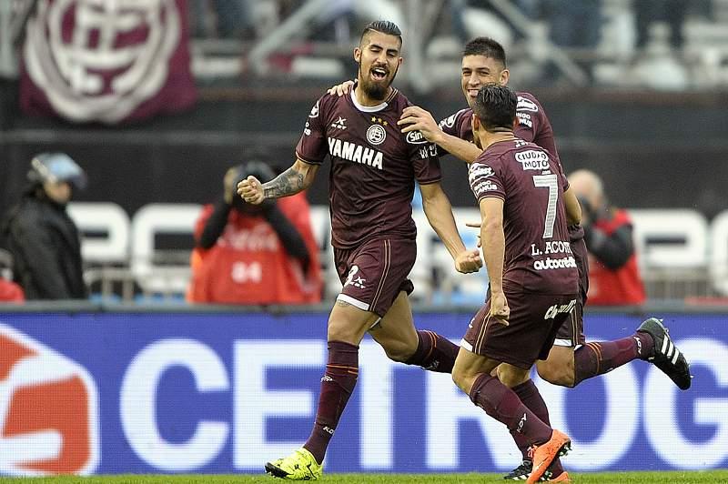 Óscar Benítez celebra um golo pelo Lanus