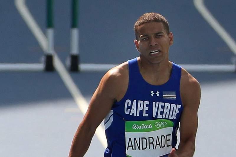 Jordin Andrade em ação na prova dos 400 metros barreiras