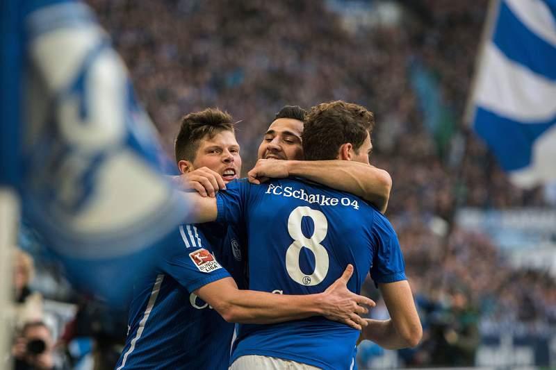 Sead Kolasinac celebra um golo pelo FC Schalke 04 na vitória por 3-0 sobre o Wolfsburgo