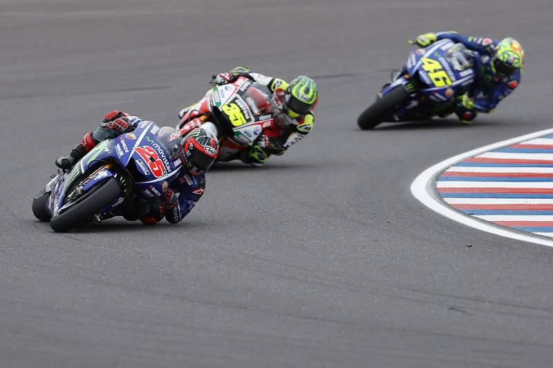 Maverick Vinales (Yamaha), Cal Crutchlow (Honda) e Valentino Rossi (Yamaha)