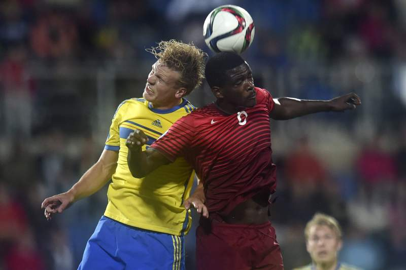 William Carvalho disputa a bola com Oscar Hiljemark