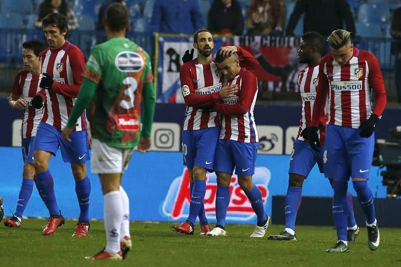 Angel Correa e Juanfran celebram um golo do Atlético Madrid sobre o Guijuelo