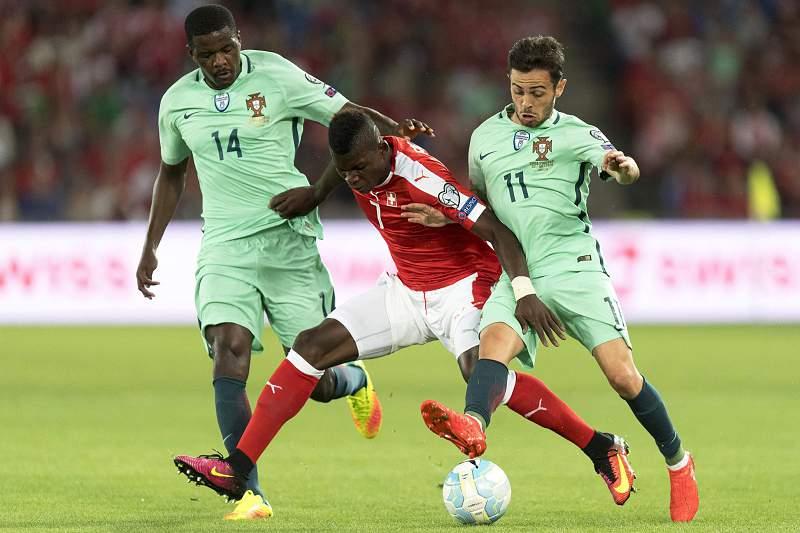 William Carvalho disputa uma bola com Breel Embolo da Suíça