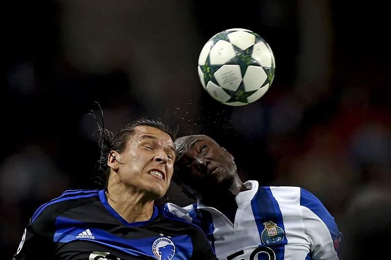 Danilo disputa a bola no Dragão