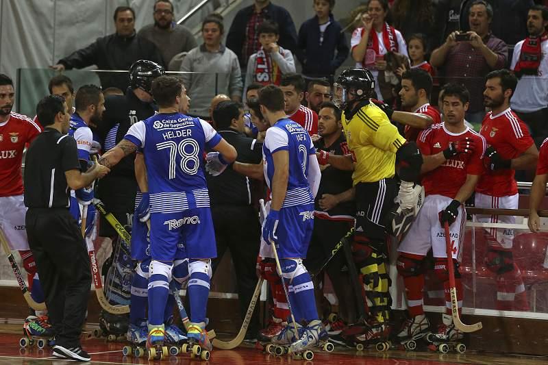 Jogadores do Benfica e do Futebol Clube do Porto envolvem-se numa discussão no intervalo do jogo da 11.ª jornada do Campeonato Nacional de hóquei em patins disputado no pavilhão da Luz em Lisboa, 19 dezembro de 2015.