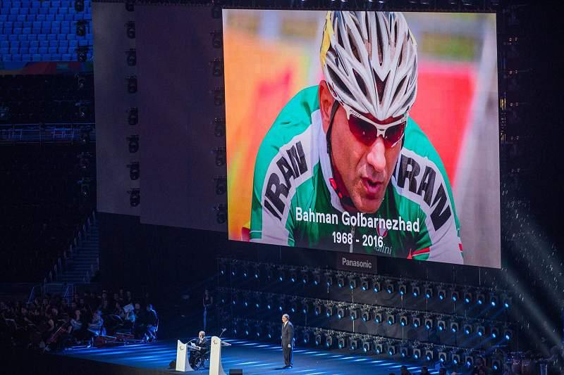 Ciclista iraniano homenageado na cerimónia de encerramento do Jogos