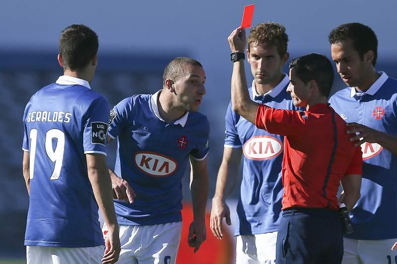 Árbitro Sérgio Piscarreta expulsa um jogador do Belenenses