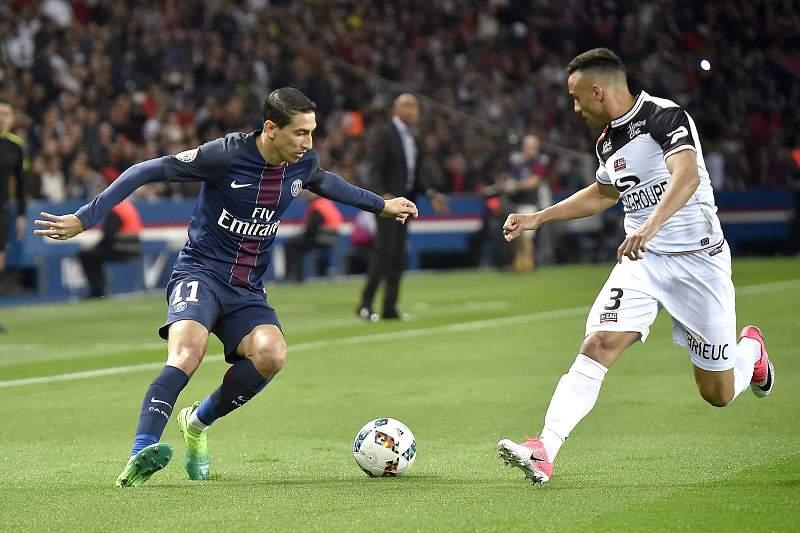 Di María disputa uma bola com Fernando Marçal durante um jogo entre PSG e Guingamp