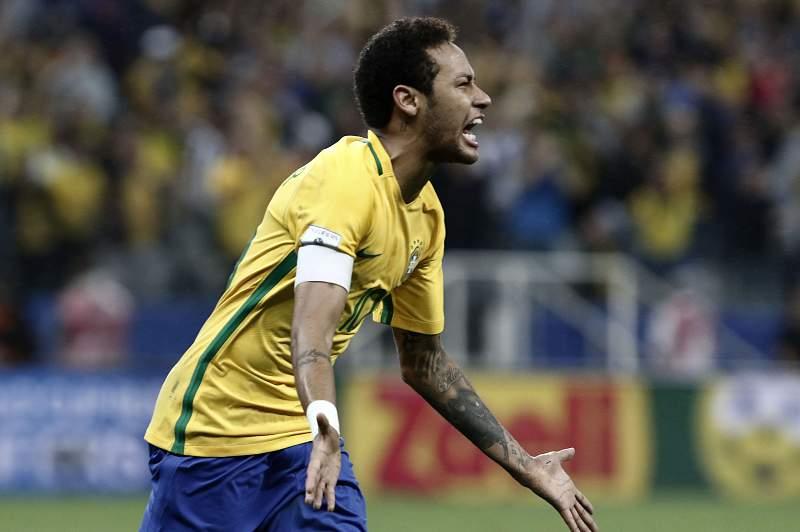 Neymar celebra um golo pelo Brasil contra o Paraguai