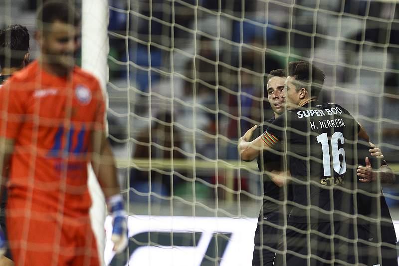Herrera e Diogo Jota celebram um golo