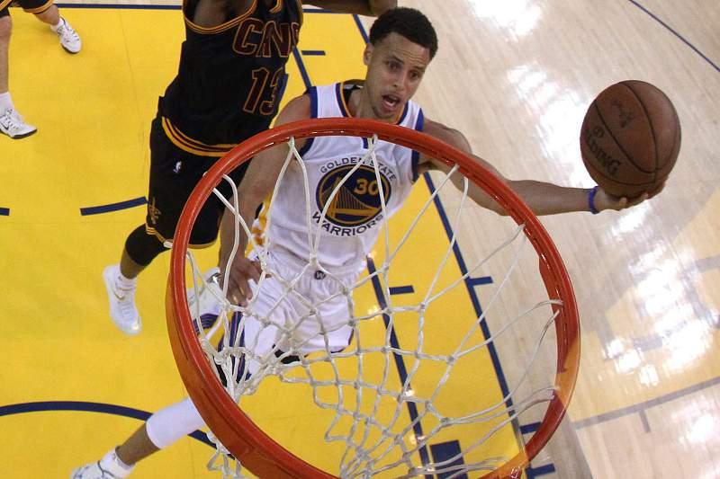 Curry coloca Warriors a uma vitória do título da NBA